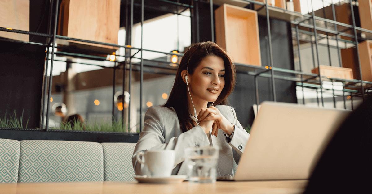 wi-fi para clientes - mulher no notebook