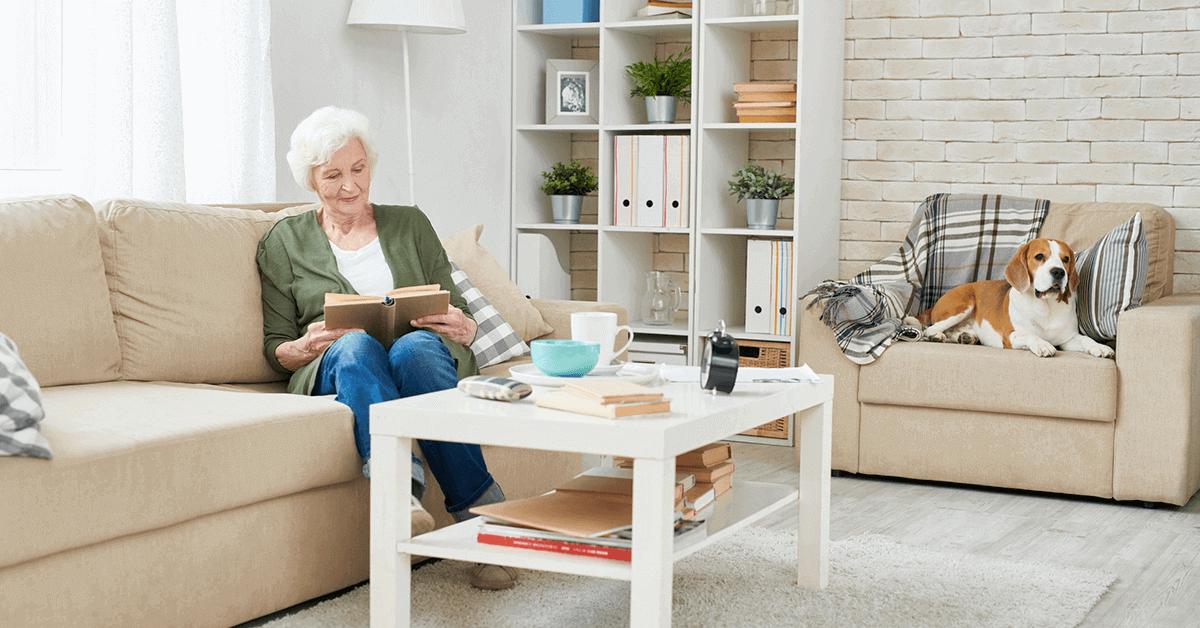 casa segura para idosos - senhora e cachorro